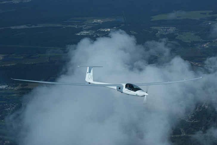 Размах крыла – 22.8 м., длина 8.42 м. Средняя скорость полета – 160 км./ч.. Внутри два места для сиденья.
