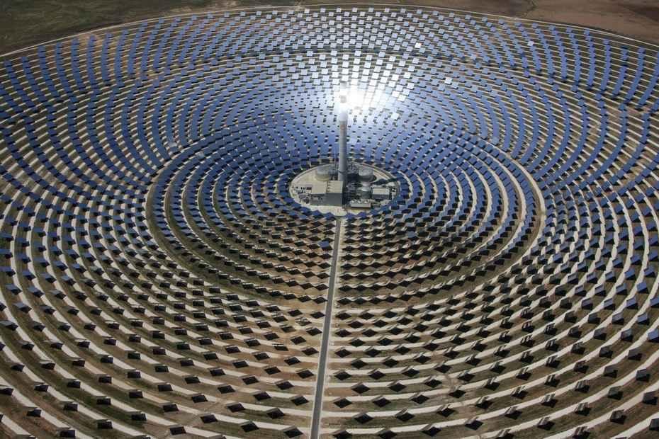 Вокруг башни расположены именно зеркала, а не солнечные батареи