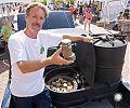 Дейв Николс (Dave Nichols) показывает топливо для газогенераторных автомобилей - древесина и щепа