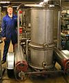 Фредерик Экин демонстрирует свою конструкцию газогенератора