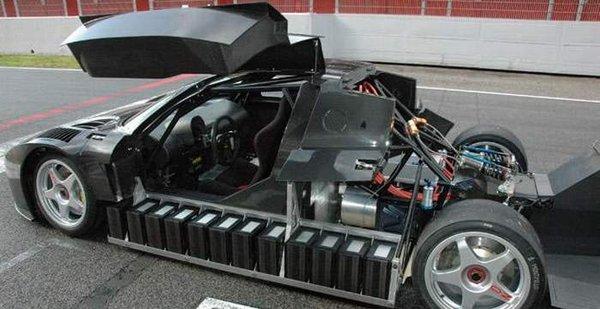 Карбоновый монокок и расположенные по бокам кузова литиево-полимерные батареи