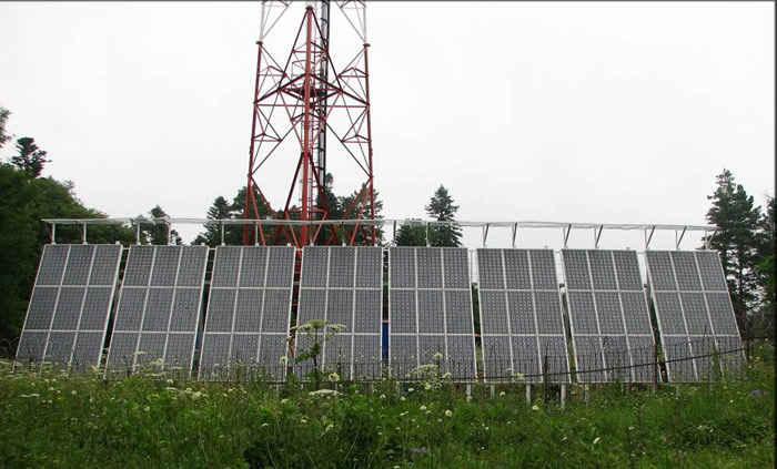 Солнечные батареи, обеспечивающие электроэнергией базовую станцию