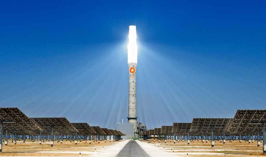 Солнечные лучи, отраженные от зеркал, фокусируются на вершине башни