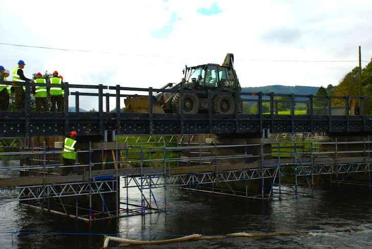 Пешеходный пластиковый мост выдерживает грузовик